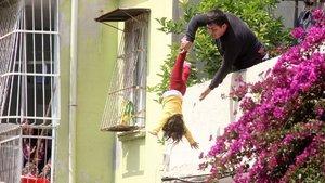 4 yaşındaki çocuğunu aşağı atmakla tehdit etti!
