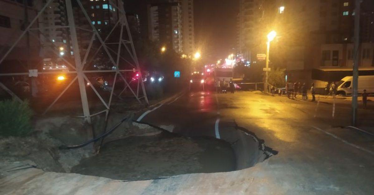Adana'da su borusu patlayınca yol çöktü, binaları su bastı
