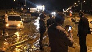 Ağrı Dağı'ndan gelen sel suları, Iğdır-Nahçıvan Karayolu'nu kapattı