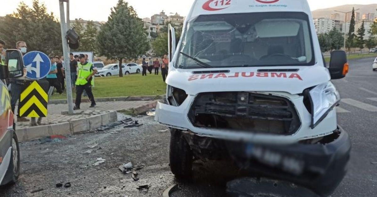 Ambulans otomobil ile çarpıştı: 1 ölü, 3 yaralı