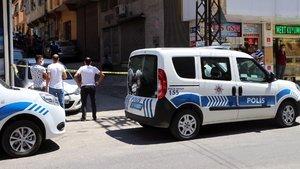 Arama yapmak isteyen polisi boğazından bıçakladı!