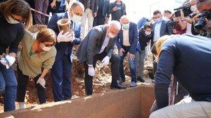 Bakan Ersoy Bodrum'da 2 bin 400 yıllık lahit kapağını açtı