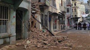 Beyoğlu'nda 2 katlı bina çöktü!