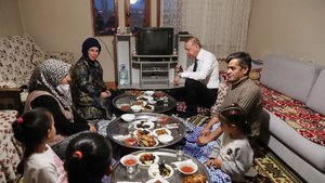Cumhurbaşkanı Erdoğan, iftarda bir vatandaşın evine konuk oldu