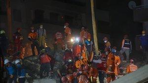 Enkazdan çıkan bir kişi kurtarıldı bir kişi hayatını kaybetti