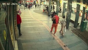 Eşi ve çocuğuyla yürüyen kadına taciz!
