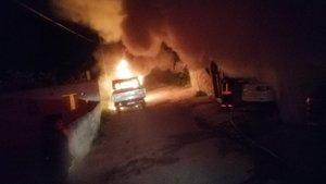 Evinde kurşun yağdırıp araçlarını yaktılar!
