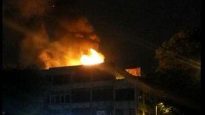 Fatih'te iş merkezinin çatısında yangın paniği