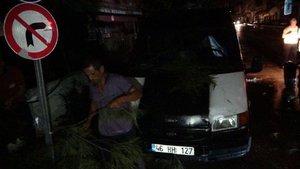Fırtınada elektrik telleri koptu, ağaçlar devrildi