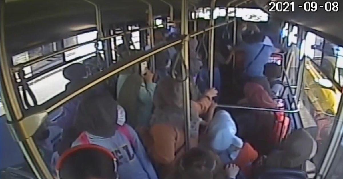 Genç kız otobüste baygınlık geçirdi, şoför hastaneye yetiştirdi