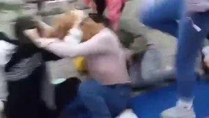 Genç kızlar tekme tokat birbirine girdi!