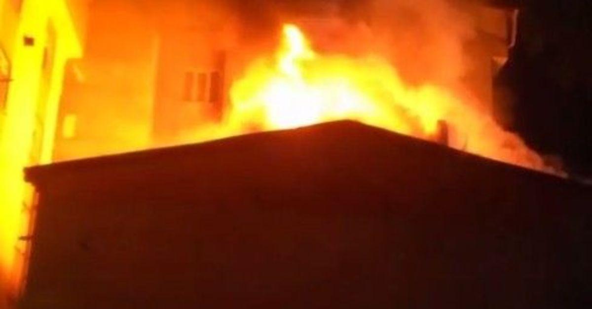 Havai fişek düşen çatı alev alev yandı