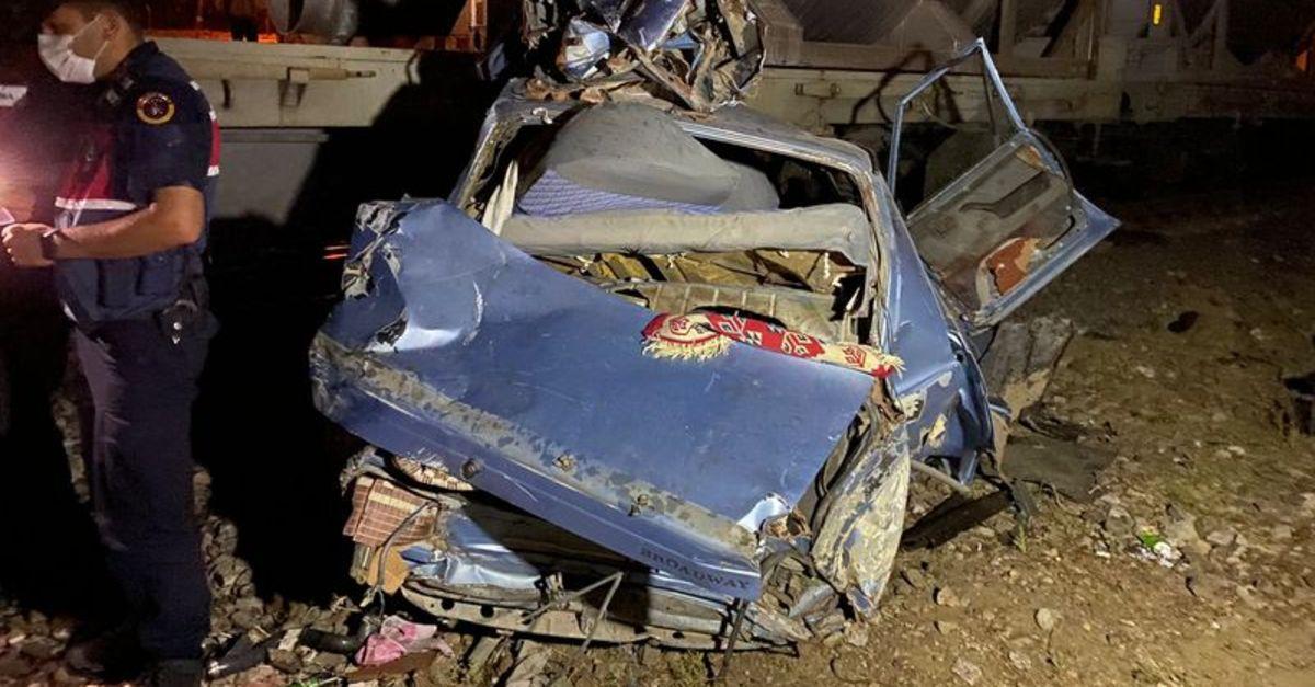 Hemzemin geçitte feci kaza: Anne ve oğlu öldü