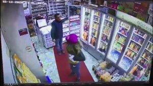 Hırsız kadın dikkat dağıtmak için soyundu!
