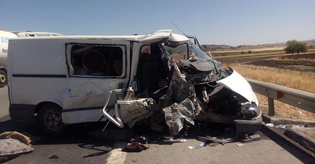 İki minibüs çarpıştı! 10 kişi yaralandı