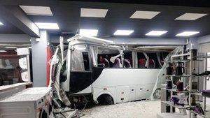 İşçi servisi beyaz eşya mağazasına çarptı: 12 yaralı