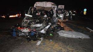 İşçi taşıyan minibüs TIR'a çarptı: Ölü ve yaralılar var