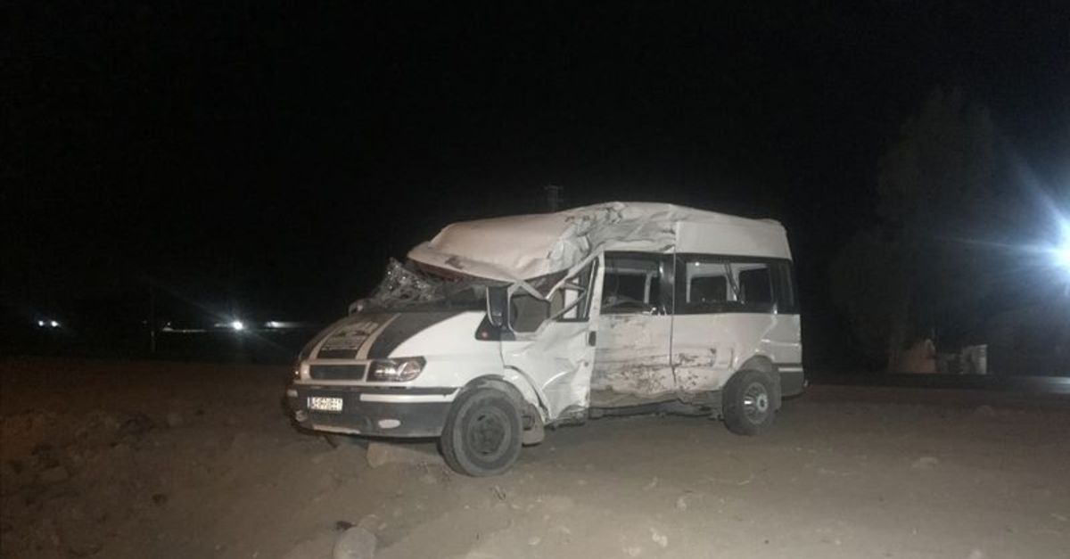 İşçileri taşıyan minibüs ile TIR çarpıştı: 19 yaralı