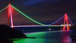 İstanbul'da köprüler Azerbaycan bayrağı renklerine büründü