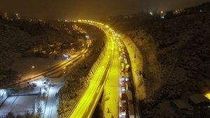 Kar TEM'i kapattı, sürücüler yolda mahsur kaldı