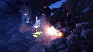 Kayalıklarda yaralanan çobanlar helikopterle kurtarıldı
