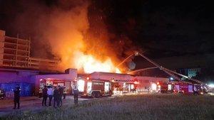 Küçükçekmece'de kağıt ambalaj fabrikasında yangın paniği