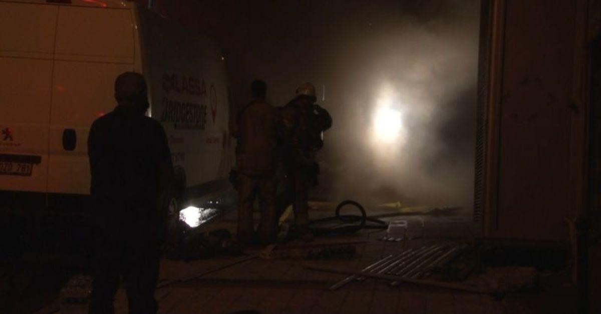 Lastik deposunda çıkan yangın paniğe neden oldu