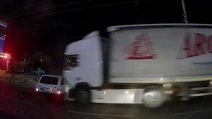 Manisa'da TIR otomobili biçti, dehşet anları kameraya yansıdı!