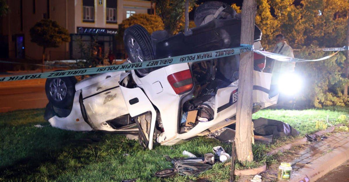 Otomobil ağacı koparıp takla attı: 1 ölü, 2 yaralı