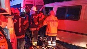 Panelvan, park halindeki minibüse çarptı: 1'i ağır 2 yaralı
