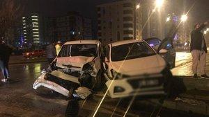 Samsun'da otomobil polis aracına çarptı: 3 yaralı