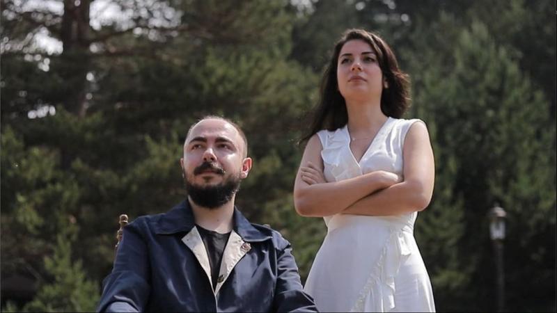 """Söz yazarı Emir Yakamoz'un yazdığı ve sevilen isim Nur Erkoç ile düet yaptığı """"Farzâd"""" isimli parça ve klibi bütün dijital platformlarda yayınlandı."""