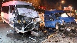 Sultanbeyli'de iki araç kafa kafaya çarpıştı: 3 yaralı