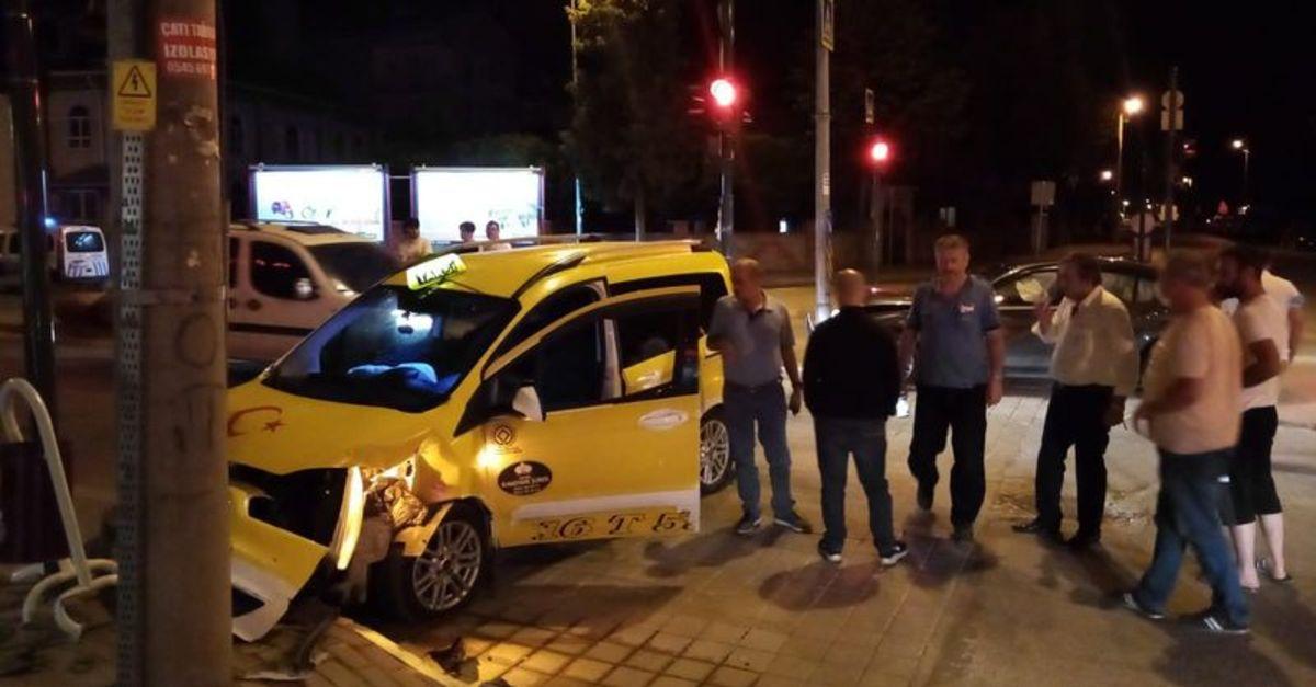 Taksi ve otomobil çarpıştı, sıkışan 2 sürücü yaralandı