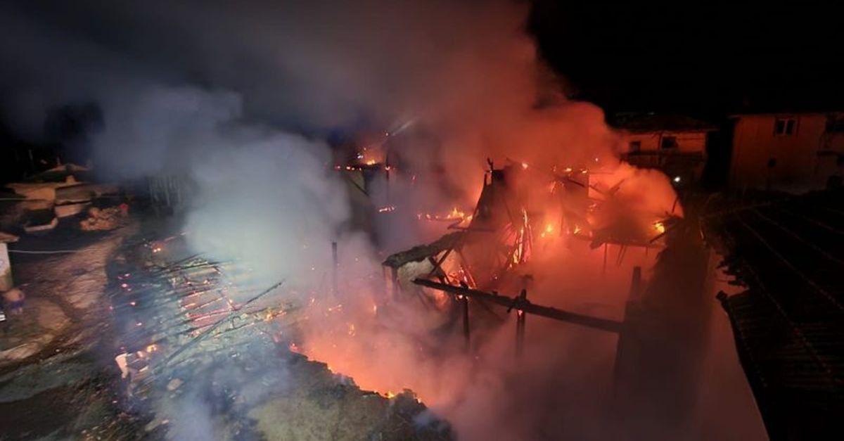 Uşak'ta yangın: 3 ev ve 1 iş yeri küle döndü