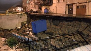 Üsküdar'da istinat duvarı çöktü