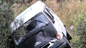 Yolcu minibüsü 30 metrelik uçuruma yuvarlandı