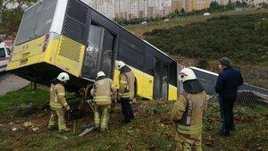Başakşehir'de otobüs yoldan çıktı! Şoför hastaneye kaldırıldı