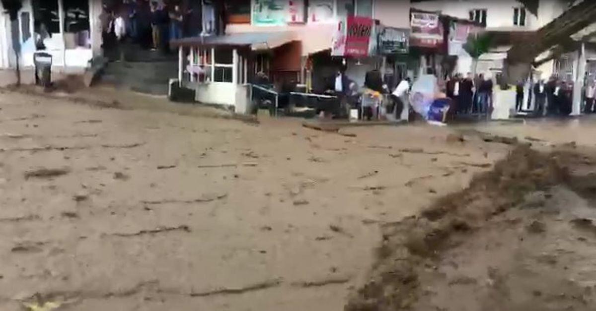 Başkale'yi sel vurdu! Heyelan yolu kapattı