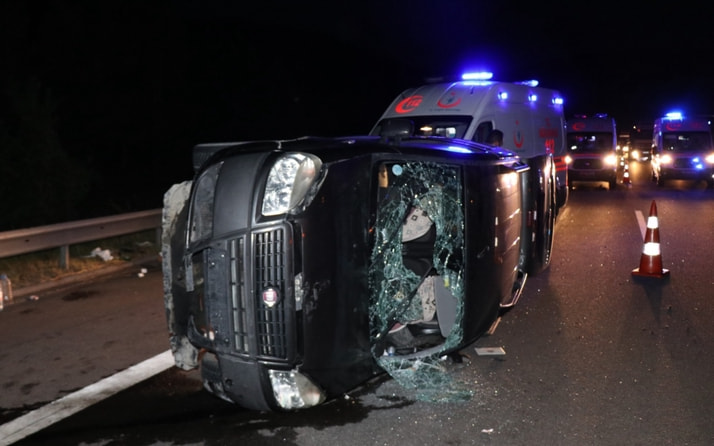 Bolu TEM Otoyolu'nda devrilen araç tankere çarptı 6 yaralı