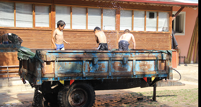 Bunaltıcı sıcaklıklara karşı çözümü traktör römorkunda buldular
