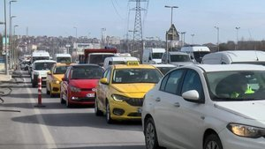 Kısıtlama günü D-100'de trafik yoğunluğu