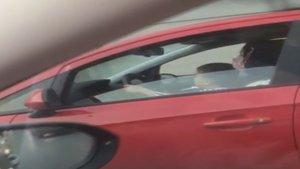 Kucağında çocuk ile araç kullanan sürücü yakalandı