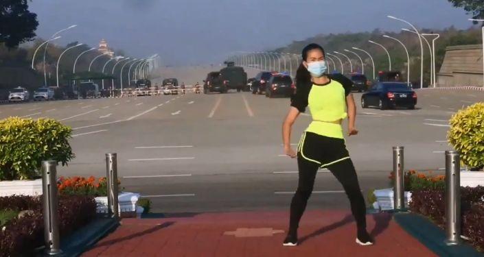 Myanmarlı kadın, aerobik yaparken yanlışlıkla darbenin ilk anlarını filme aldı