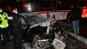 Otobüse çarpan otomobil alev aldı: 2 yaralı