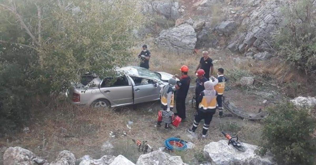 Otomobil dereye devrildi: 1 polis öldü, 1 polis yaralandı