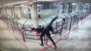 Saldırdığı esnafı 12'nci kattan attı!