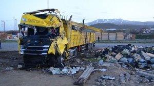 TIR ile kamyonet çarpıştı: 1 ölü, 2 yaralı